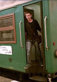 Кристиян Ваклинов с любимия си влак – теснолинейката от Добринище до Якоруда.