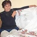 Пенсионерка бродира носиите на Николина Чакърдъкова