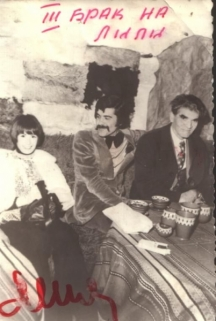 Младоженците Янчо и Лили на маса в механата – до тях скромно седи свекърът Пеко Таков