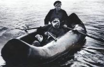 Медицинската сестра-разузнавач Екатерина Дьомина, герой на СССР (с веслата в лодката) превозва ранен боец. Дьомина е лекувана в Транспортна болница № 2 на Съветската военна дунавска флотилия, разположена на българския пътнически кораб