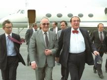 Годината е 1986 г., варненското летище. Пристига фамозният британски бизнесмен Робърт Максуел. След час-два ще има аудиенция при Тодор Живков в Евксиноград. Посрещат го Белчо Белчев, министър на финансите (до него) и генерал (тогава още полковник от ПГУ) Любен Гоцев, шеф на отдел