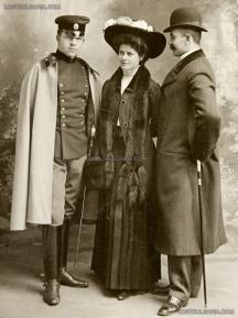 Владимир Заимов /вляво/ като подпоручик заедно със сестра си Людмила и съпруга й Христо Чимширов, 1908 г. Снимка - сайтът