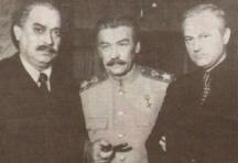 1974 г. Стефан Гецов, изпълняващ ролята на Георги Димитров (вляво) на снимките на сериала