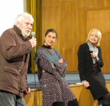 Една от срещите на Петър Донев (вляво) с публиката. Вдясно е певицата и актрисата Камелия Тодорова.