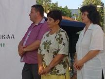 Радиоводещата Юлия Цанкова (в средата) – председател на журито на фолклорния фестивал в град Априлци