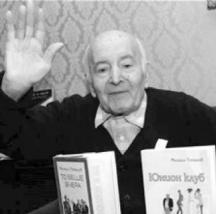 Ветеранът на словото с част от книгите си