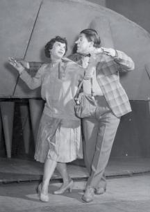 Мутафова на сцената на Сатиричния театър с третия си съпруг и колега Нейчо Попов