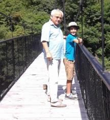 Снимка с дядо Вальо на въжения мост