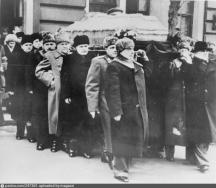 Погребението на Сталин – ковчегът се носи от Берия, Маленков, Варошилов, Молотов, Хрушчов и др.