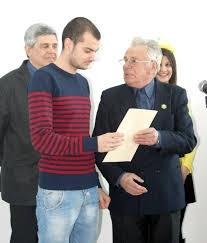 Васил Палазов връчва награди на млади пчелари