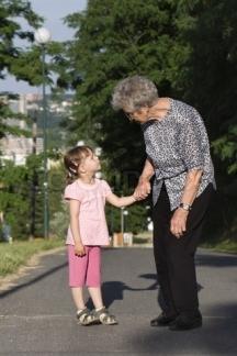Малката внучка винаги има какво да научи от своята баба
