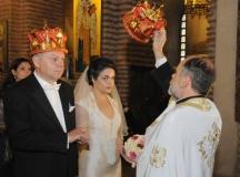 """Нашумялата във Франция журналистка и писателка Румяна Угърчинска, се венча в църквата """"Света София"""" за своя колега Божидар Чеков."""
