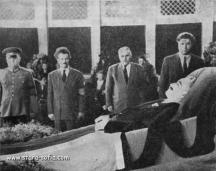 Вълко Червенков (първият отдясно в редицата) на погребението на Георги Димитров