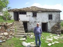 Едно връщане на Никола Инджов към корените. Това е къщата на родителите на поета в с. Манастир, Гюмюрджинско. Изоставена е през 1924 година, когато по силата на Ньойския договор те са заставени да напуснат родното си село и да се заселят с още около петдесет семейства в Созопол