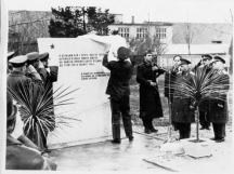 Снимка от далечни години – откриване паметника на загиналите военни разузнавачи в двора на управлението