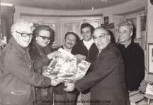 Тодор Славчев (крайният вляво) със свои колеги фоторепортери в Съюза на българските журналисти