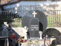 Гробът в двора на църквата