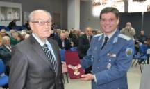 Ген. Добрев (вляво) получава една от многото си награди за 90-годишния юбилей