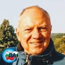 Журналистът Божидар Чеков е роден през 1946 г. в Лом. Дедите му дошли в нашата страна от Егейска и Вардарска Македония, били са участници в Илинденското въстание. След 9.ІХ.1944 г. някои от най-близките му роднини са вкарани в лагерите, защото са били собственици на ниви, лозя, мелници и фабрики за коприна.
