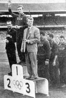 Д-р Стефан Божков (на третото място) води националния отбор на олимпийските игри в Мелбърн, където нашите се върнаха с бронз