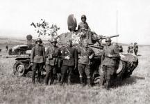 Офицери и войници от Бронираната бригада на учение