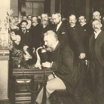 Александър Бел провежда първия телефонен разговор