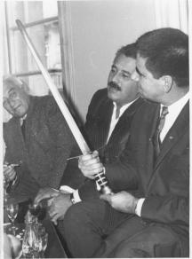 """Орлин Орлинов с писателя Генчо Стоев, получил """"Златен меч"""" от списание """"Български воин"""", отзад е бащата Орлин Василев."""