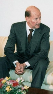 Симеон Саксскобургготски си похапва сармички и баница