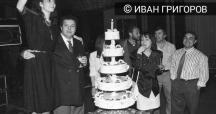 Снимка от редакционно тържество. До огромната торта вляво е главният редактор на