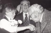В средата - Теньо Стоянов. На преден план - поетът Младен Исаев целува ръка на съпругата на художника Борис Ангелушев - Гертруда