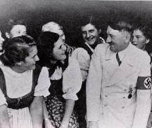 Хитлер винаги е предизвиквал харизматичен интерес в женска компания