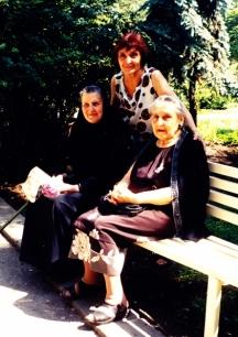 Вляво - внучката на генерал Гурко на посещение в България, авторката Юлия Пискулийска (права в средата) и Зорка, внучка на опълченеца от Берковица Григор Доламов