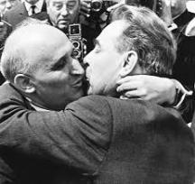 Историческата целувка между Живков и Брежнев, запечатана от фоторепортера