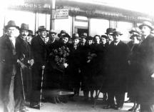Казасов (в средата) като посланик в Белград посреща българска писателска делегация. До него се вижда Елисавета Багряна.