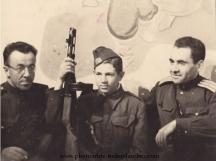Младият Георги Стоилов като 15-годишен партизанин, сниман сред съветски офицери, през септември 1944 г.