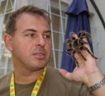 Доцент Стоян Лазаров с един от паяците
