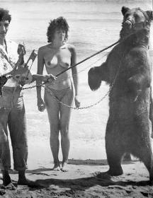 През 80-те години,докато снимал мечка и стопанина й на плажа в кадър влязла и полугола красавица.