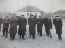 Официалните лица. На заден план старата сграда на кметството в село Мокреш