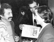 Главният редактор Георги Тулийски посреща треньорката Нешка Робева. В средата е спортният редактор Юлий Москов