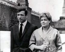 Френските кинозвезди и съпрузи Ив Монтан и Симона Синьоре на Червения площад в Москва