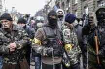 С бандровски знаци по ръцете, маски, вериги и павета – напред към ЕС.
