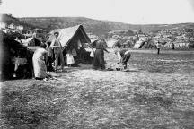 Палатките и бараките на Марино поле, в които се подслоняват търновци след катастрофата.