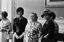 Нина Хрушчова-баба (третата отляво надясно) в компанията на първата лейди на САЩ Жаклин Кенеди (вляво от нея)