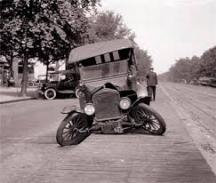 Макар, че се движели с 20-30 километра в час и първите автомобили катастрофирали