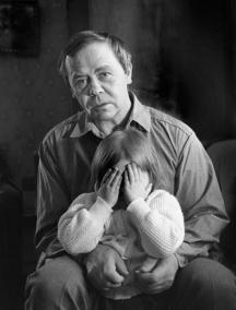 Руският писател с внучката си.
