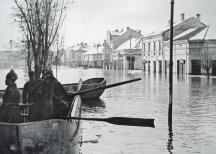 По градските улици хората се придвижвали с лодки.