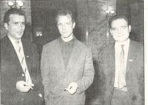 От дясно на ляво младите поети Владимир Башев, Никола Инджов и Любомир Левчев, делегати на Десетия конгрес на ДКМС, 1959 г. Снимка - архив на къща музей