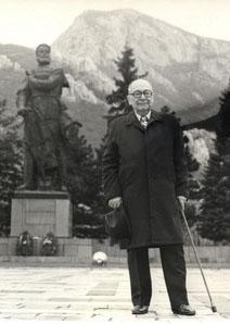 Мистер Сенко пред паметника на Ботев във Враца