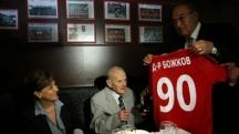 Димитър Пенев връчва фланелката с номер 90 на юбиляра през септември миналата година