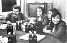 Шефът на вестника Тулийски с Неша Робева до него. Почерпката на масата е шоколадови бонбони и кока кола.